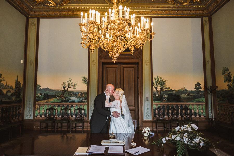 brautpaar heiratet im schloss philippsruhe und kuesst sich