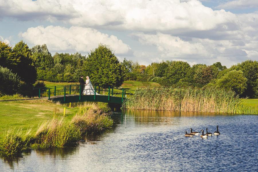 Brautpaar auf einer Brücke am See an der Elfrather Mühle