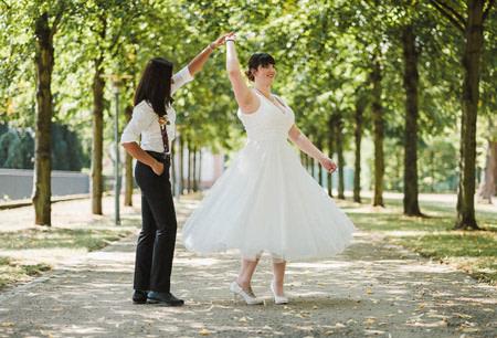 lesbisches paar tanz auf lindenallee schloss philippsruhe