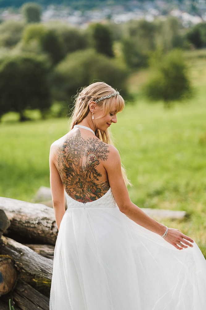Wunderschöne Braut mit tollem Rückentattoo