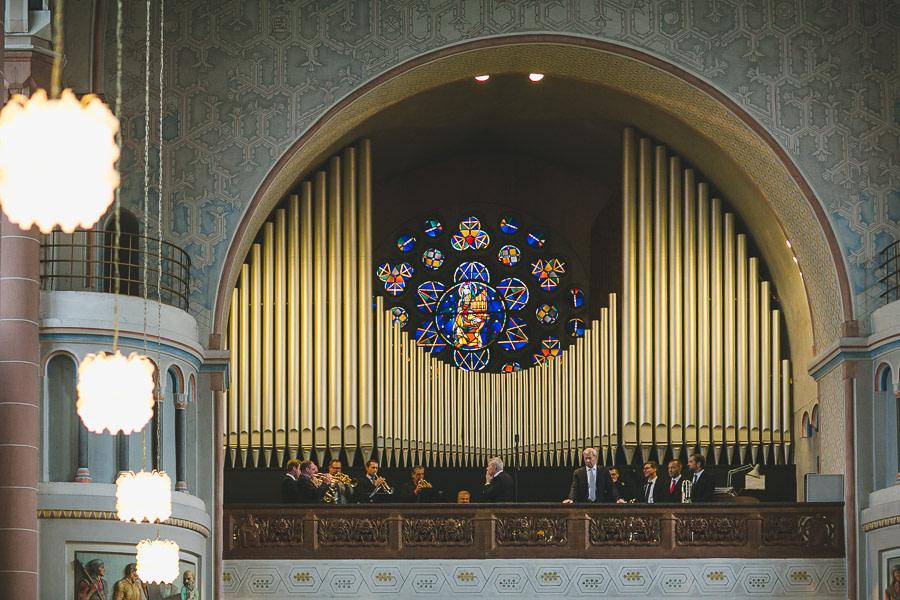 Blasorchester spielt in einer Kirche auf der Empore