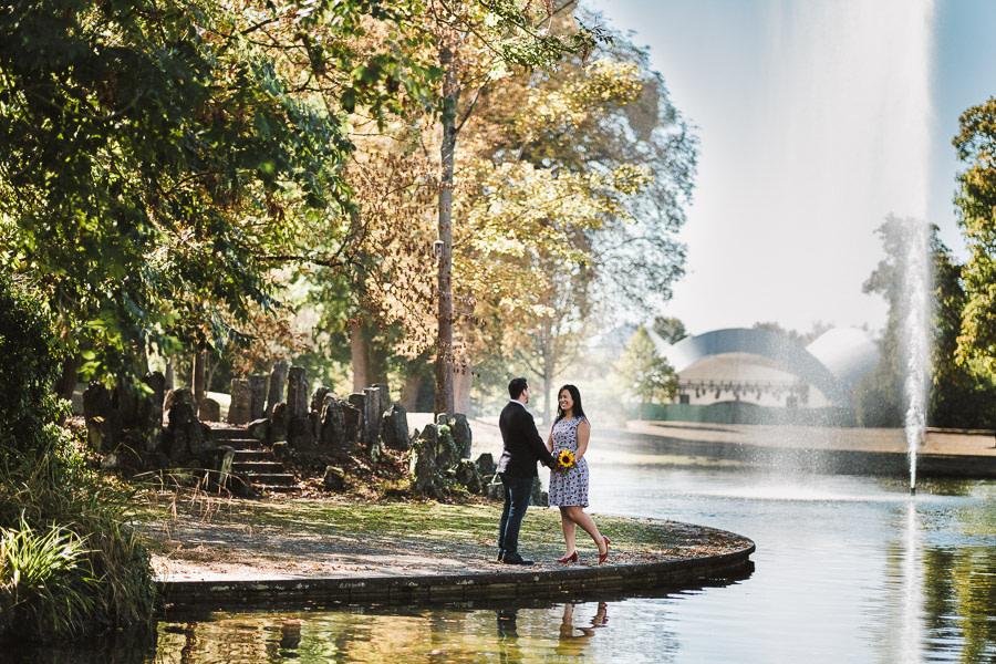 brautpaar vor dem brunnen im schlosspark von philippsruhe