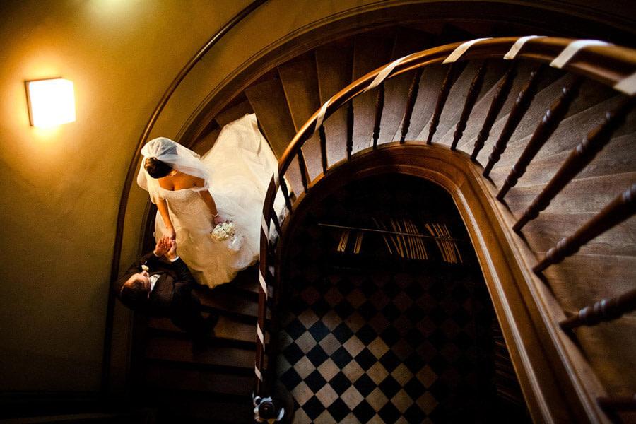 indoor im treppenhaus hochzeitsbild als alternative bei regen