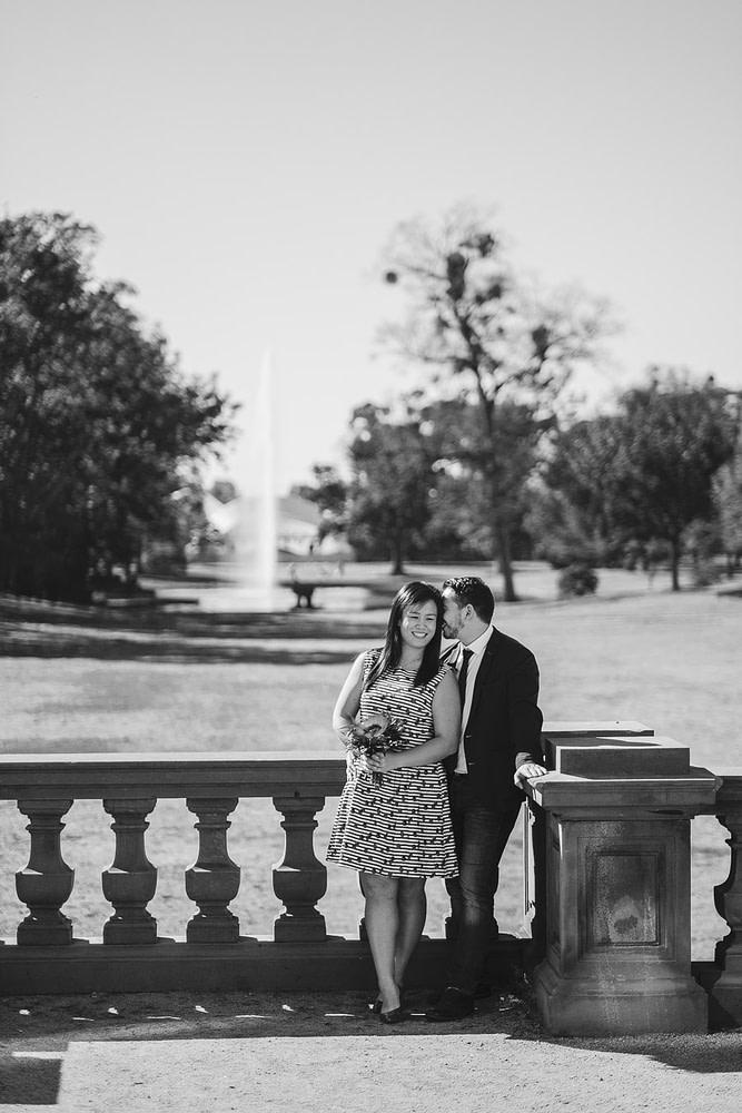 brautpaar auf der terrasse von schloss philippsruhe