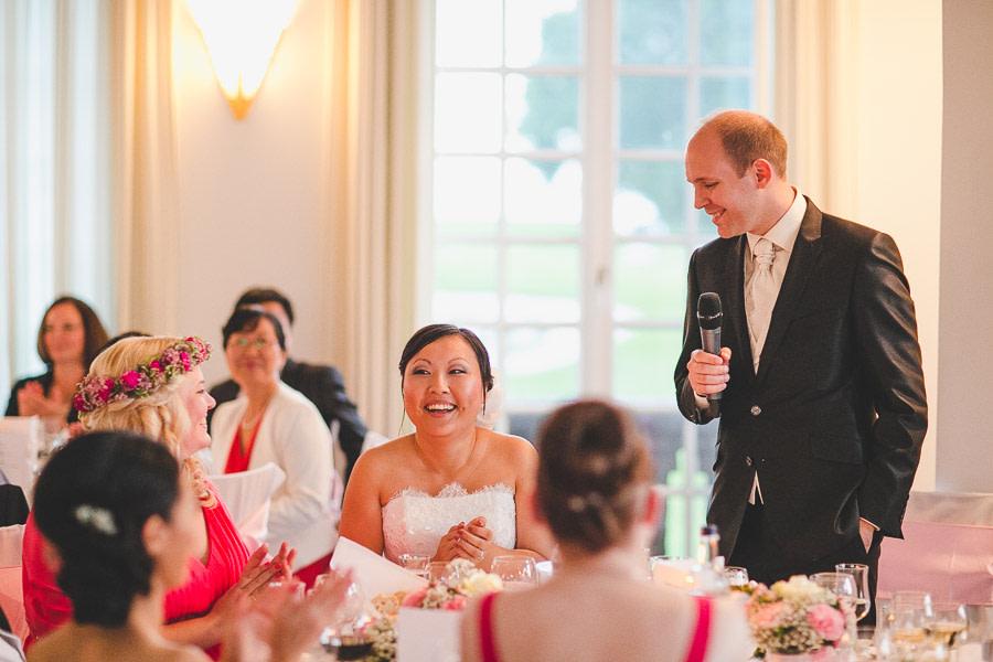 Rede Bräutigam in der edlen Hochzeitslocation Kosaido Braut lacht