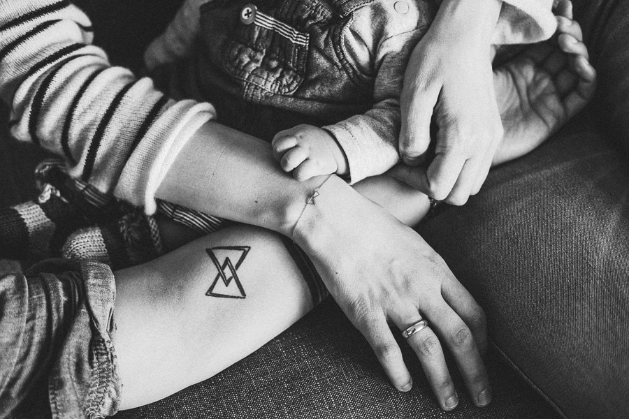 intime familienfotografie in schwarz-weiss