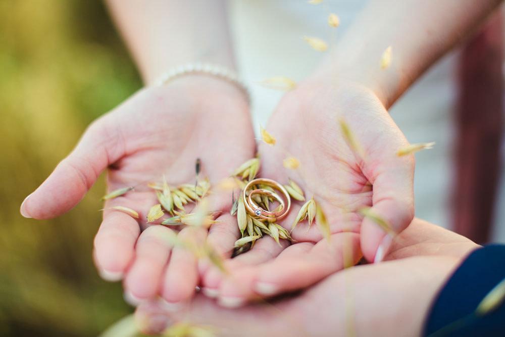 hochzeitsbild aus hessen mit ringen auf hände
