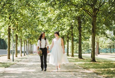 lesbisches paar geht spazieren allee hanau
