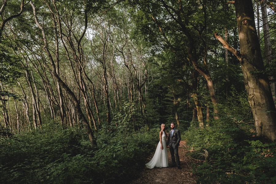 Brautpaar im wald wie märchen