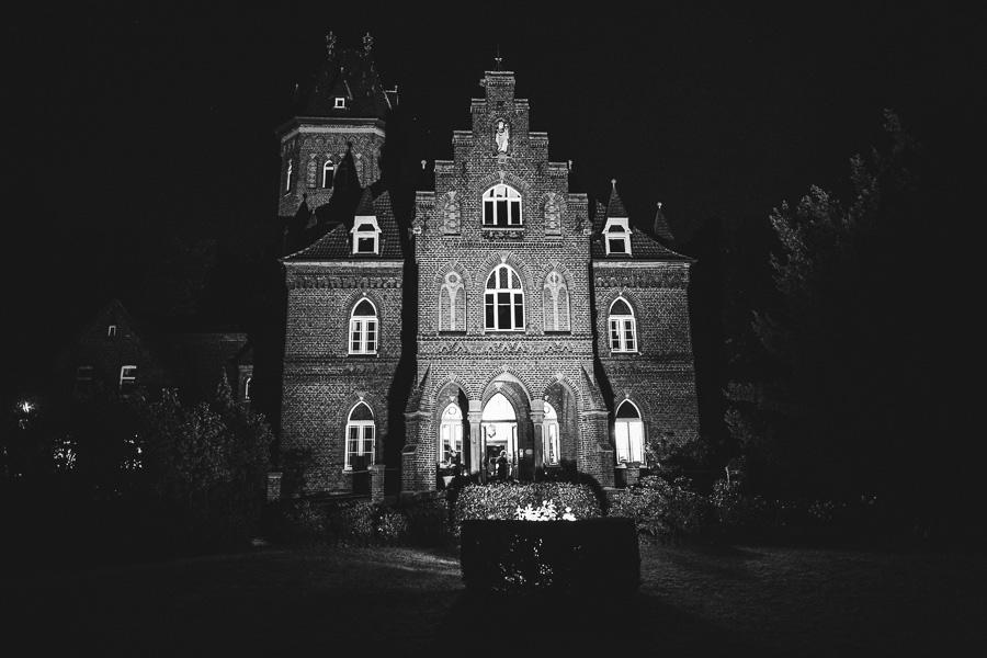 Marienburg in Monheim am Rhein in der Nacht