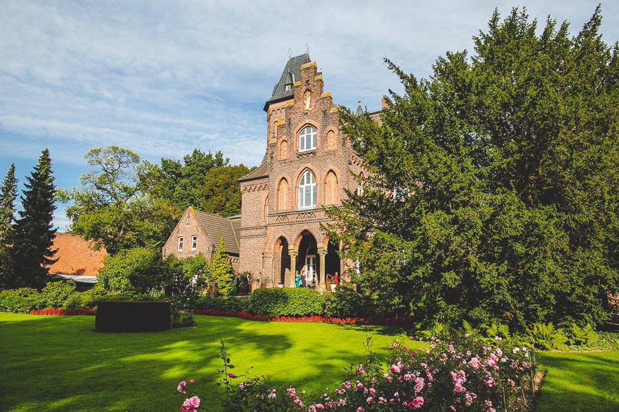 Foto Marienburg von außen als Location für eine Hochzeit in Monheim am Rhein