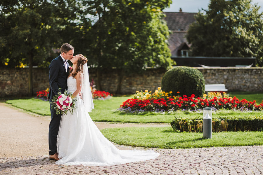 Brautpaar im Park von Schloss Heusenstamm