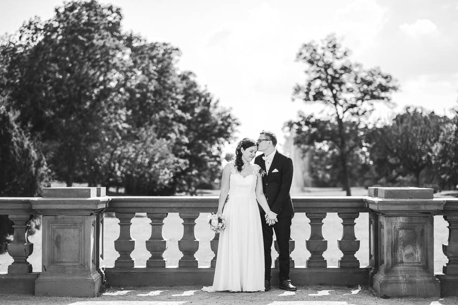 hochzeitsfoto vom brautpaar auf der terrasse schloss philippsruhe