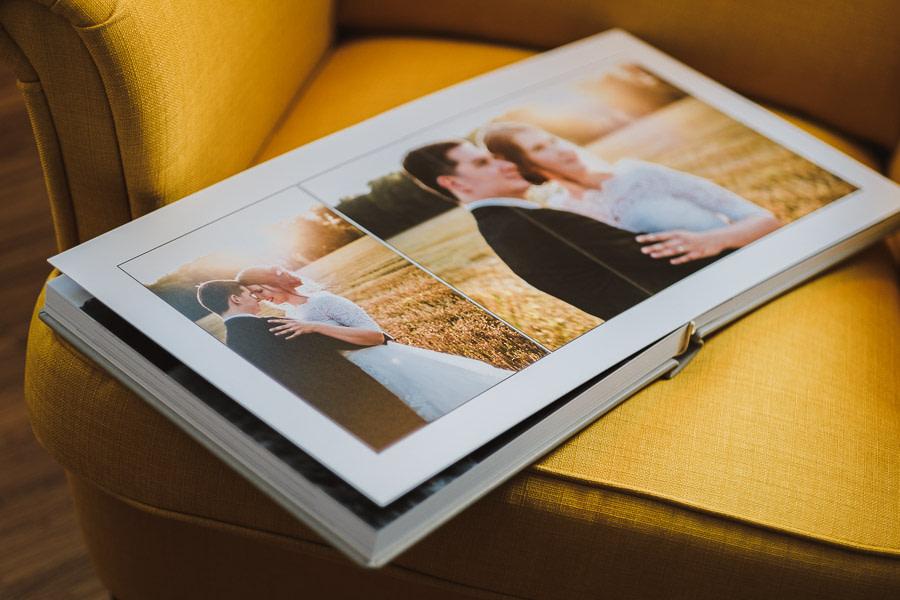 Hochzeitsalbum mit zwei Bildern von Sarah und Benni