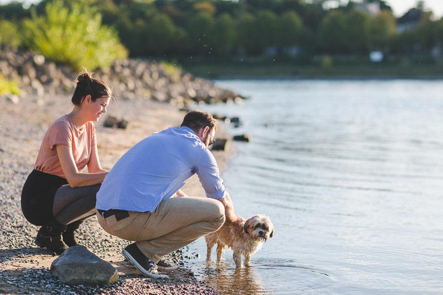 Pärchen mit Hund in Köln am Rhein