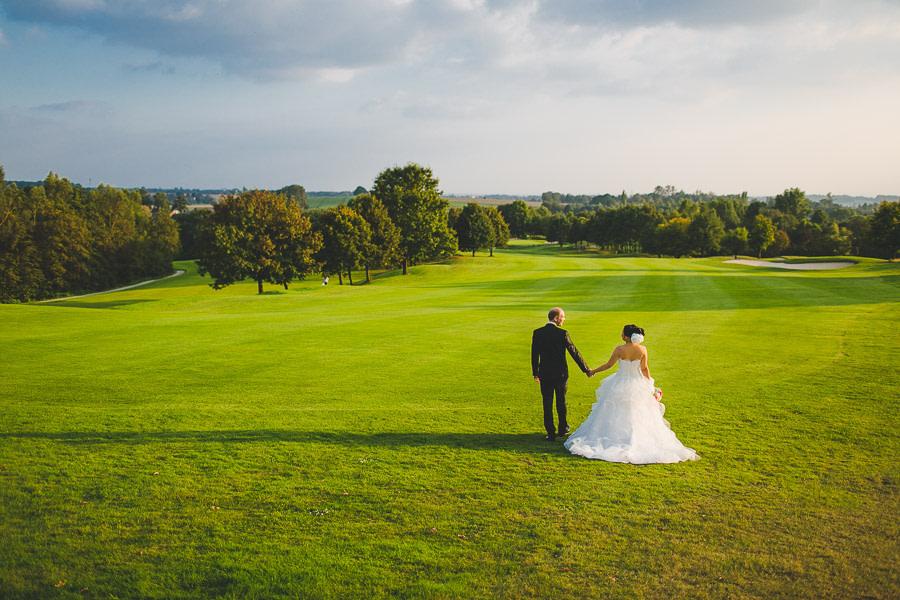 Brautpaar klein abgebildet mitten auf dem Golfplatz in Kosaido bei warmem Sonnenlicht Wie ein Gemälde