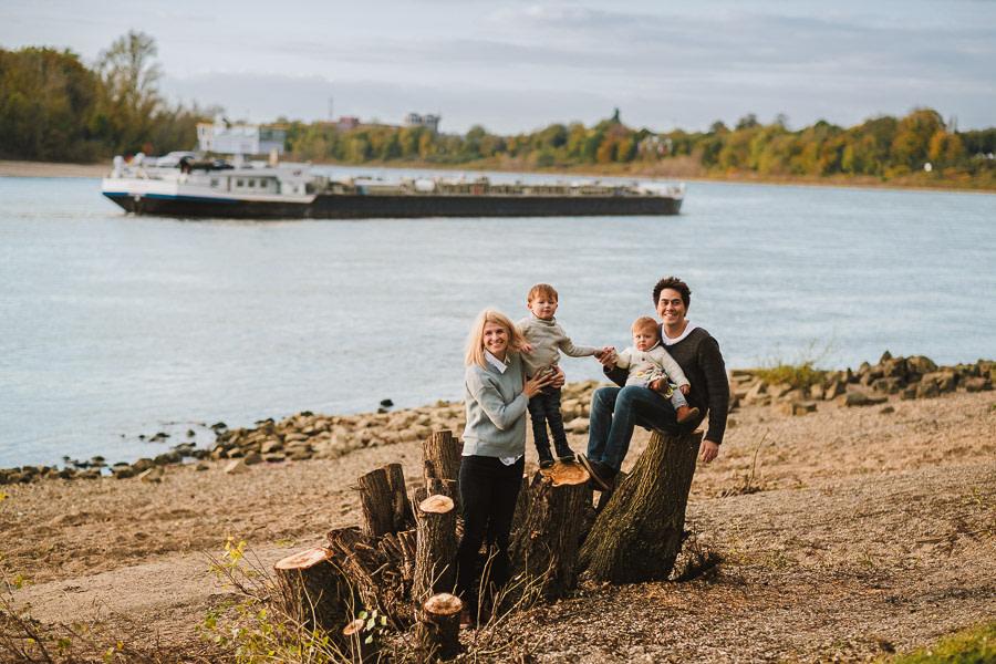 familie fotografiert vor einem fahrendem schiff in düsseldorf