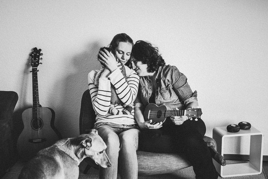 intimes familienshooting gleichgeschlechtliche eltern mit baby und hund