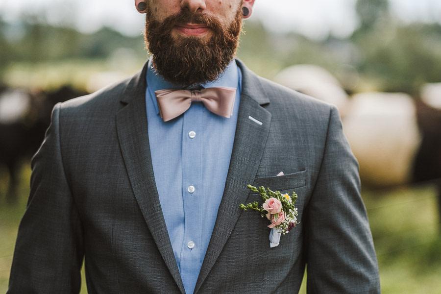 Ausschnitt bräutigam mit bart und anstecker
