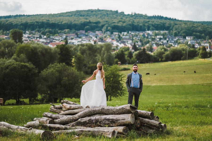 Fotoshooting in Wiesbaden Brautpaar auf Holz