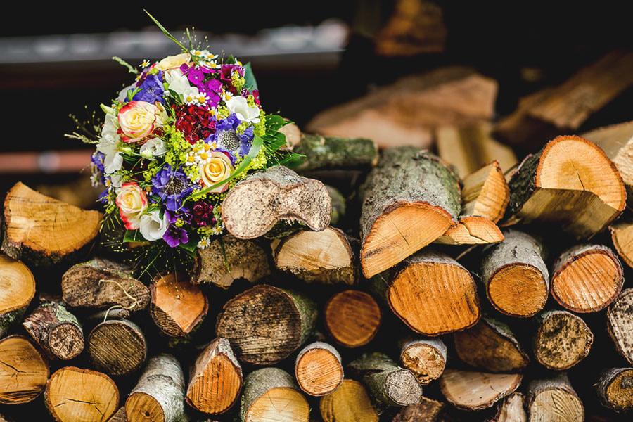 Brautstrauss auf Holz bei der Landhochzeit im Münsterland